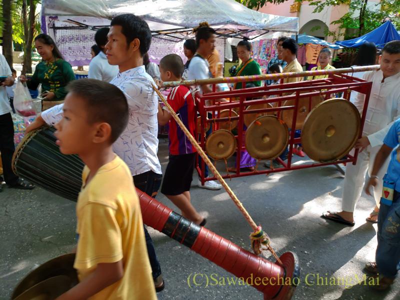 アーサーラハブーチャ(三宝節)のチェンマイのワットクータオの楽隊