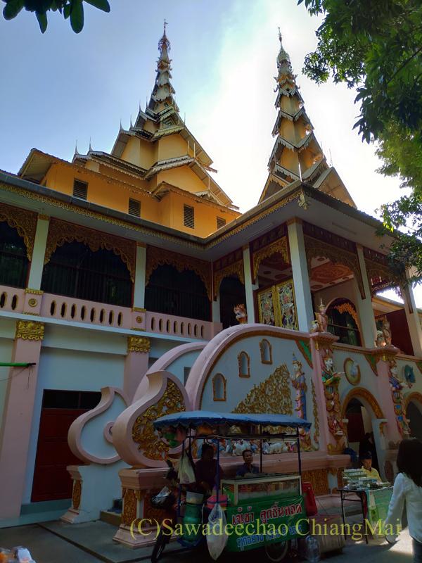 アーサーラハブーチャ(三宝節)のチェンマイのワットクータオの本堂