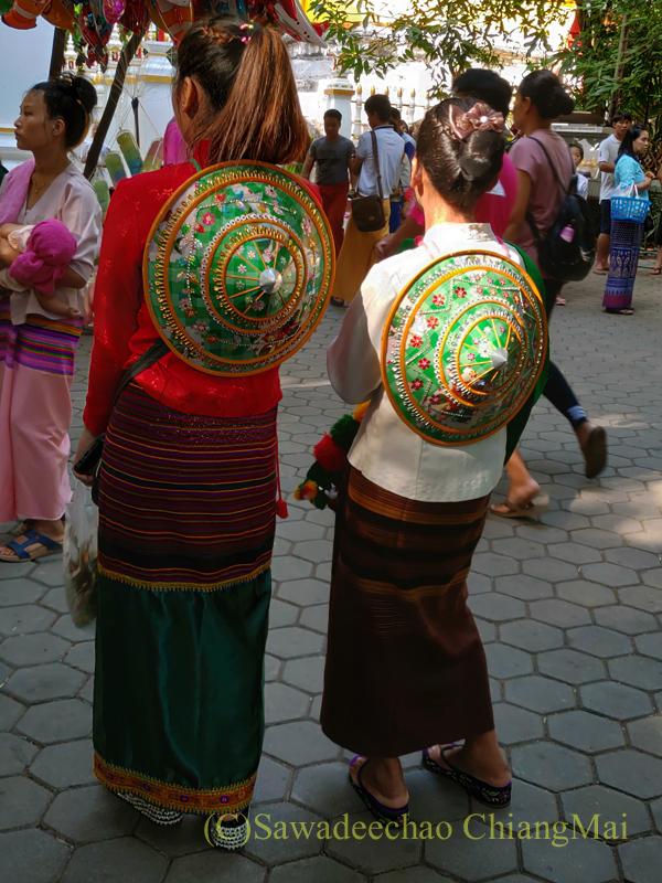 アーサーラハブーチャ(三宝節)のチェンマイの傘を背負った女性