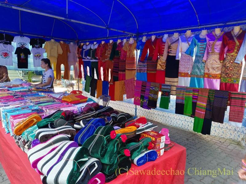 アーサーラハブーチャ(三宝節)のチェンマイのワットパーパオの民族衣装屋