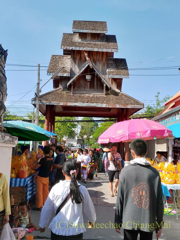 アーサーラハブーチャ(三宝節)のチェンマイのワットパーパオの山門