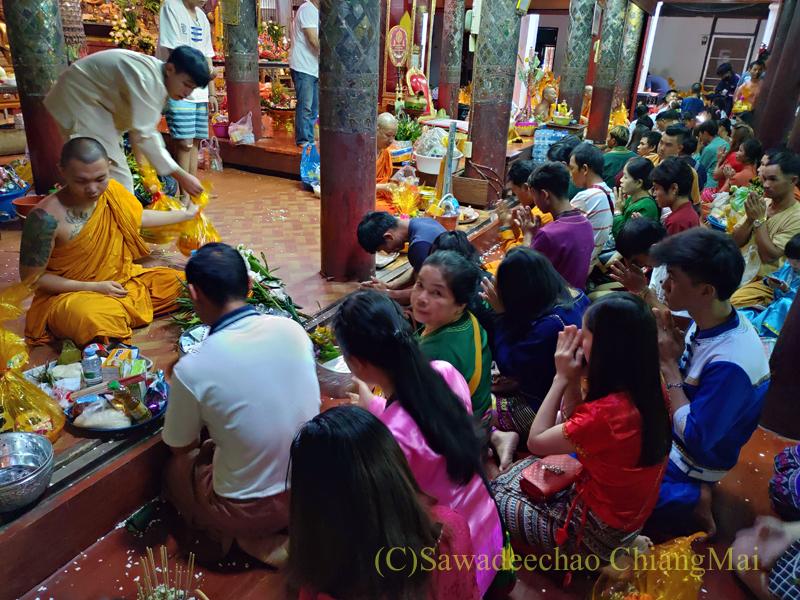 アーサーラハブーチャ(三宝節)のチェンマイのワットパーパオのタムブンの様子