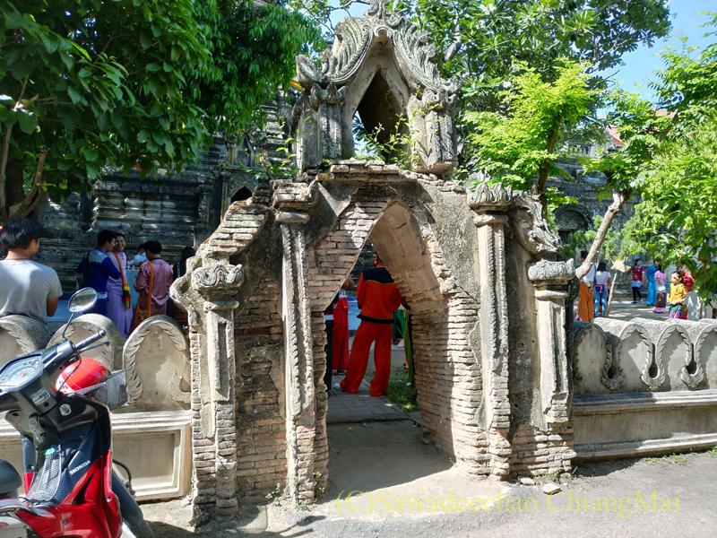 アーサーラハブーチャ(三宝節)のチェンマイのワットパーパオの仏塔の楼門