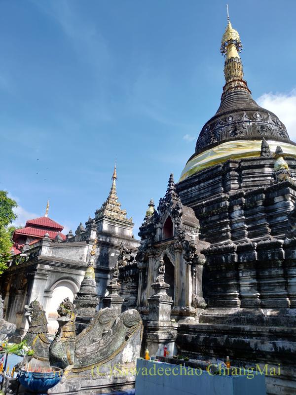 アーサーラハブーチャ(三宝節)のチェンマイのワットパーパオの仏塔と本堂