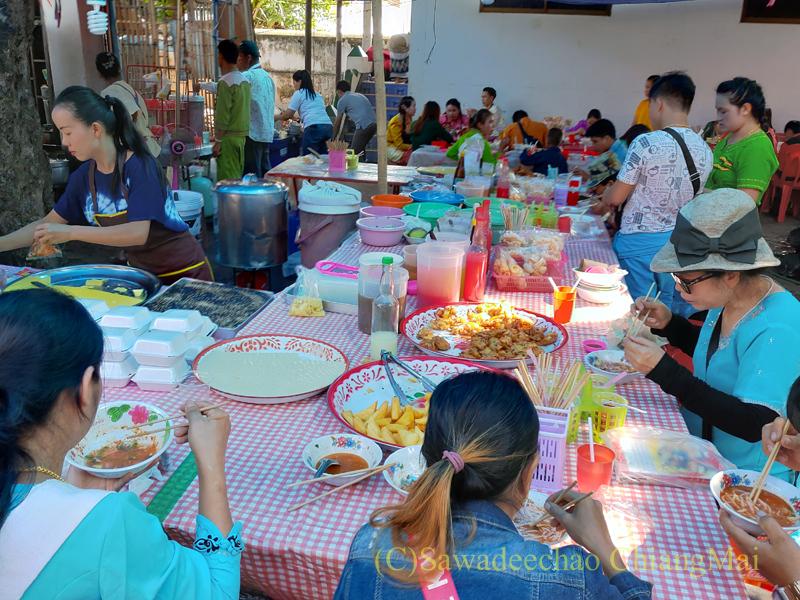 アーサーラハブーチャ(三宝節)のチェンマイのワットパーパオの食堂