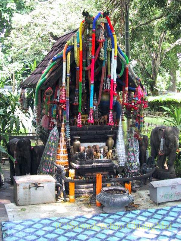 チェンマイのウィアンクム・カーム遺跡のマンラーイ王のサーラピー