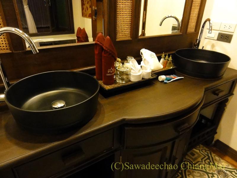 チェンマイのビラシリラーンナーホテルの洗面台