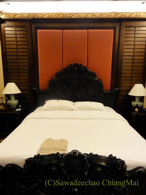 チェンマイのビラシリラーンナーホテルのベッド