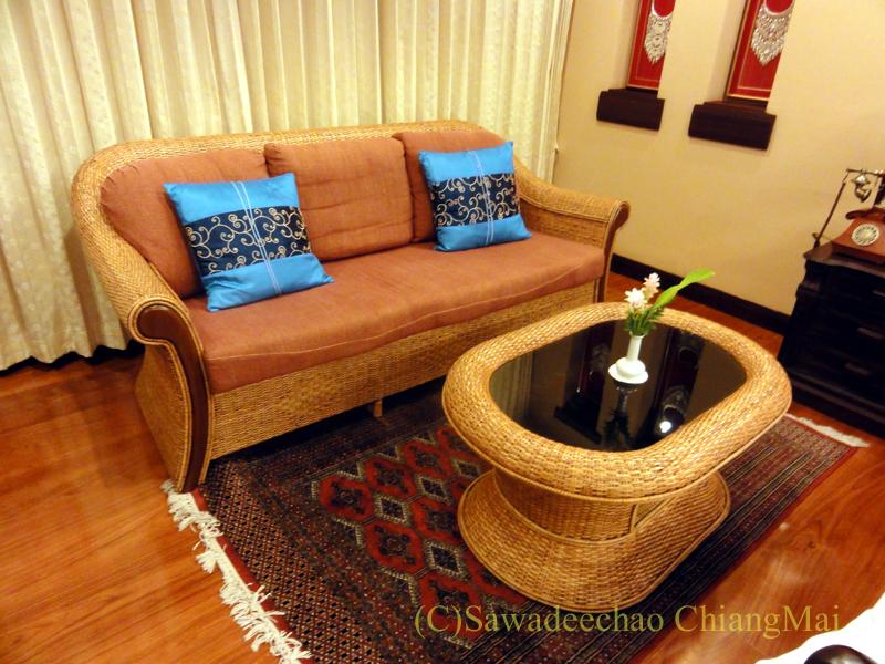 チェンマイのビラシリラーンナーホテルのリビングセット