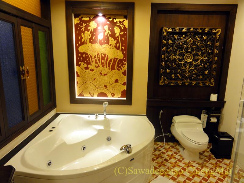 チェンマイのビラシリラーンナーホテルのバスルーム概観