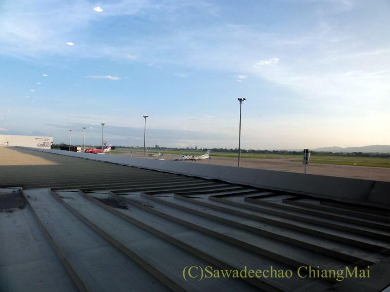 チェンマイ空港のタイ国際航空ロイヤルオーキッドラウンジから見た滑走路