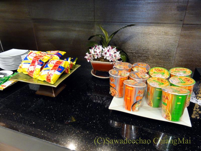 チェンマイ空港のタイ国際航空ロイヤルオーキッドラウンジのカップ麺コーナー