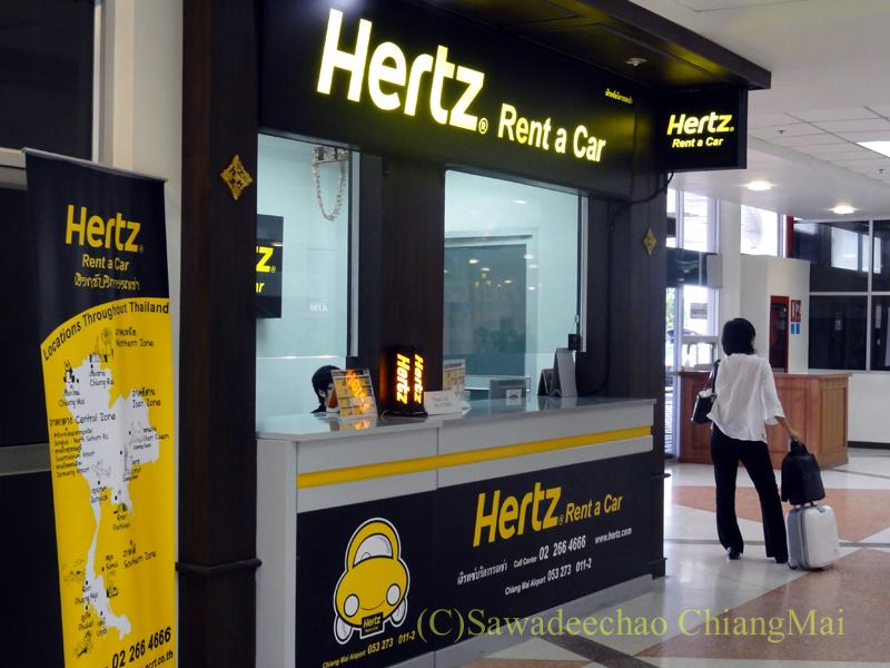 チェンマイ空港のレンタカー会社のカウンター