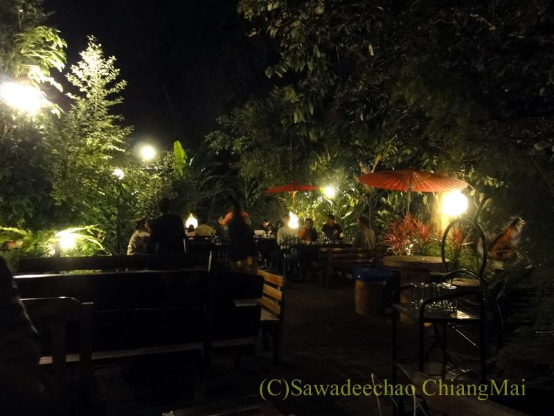 チェンマイのレストラン、フアンスンタリーウェチャーノンの屋外席