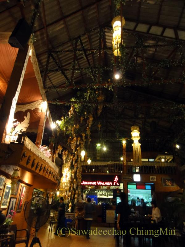 チェンマイのレストラン、フアンスンタリーウェチャーノンのステージ前