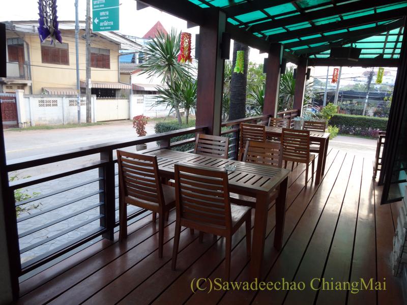 タイのカムペーンペットにあるナワラートヘリテージホテルのレストランのテラス席