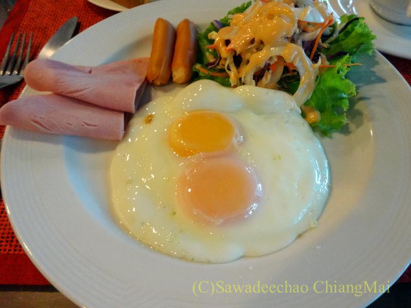 タイのカムペーンペットにあるナワラートヘリテージホテルの朝食の卵料理
