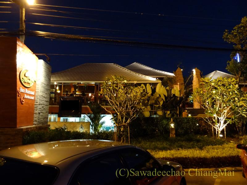 チェンマイ郊外にあるタイ料理レストラン、バーンロムマイの外観