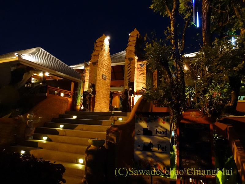 チェンマイ郊外にあるタイ料理レストラン、バーンロムマイ