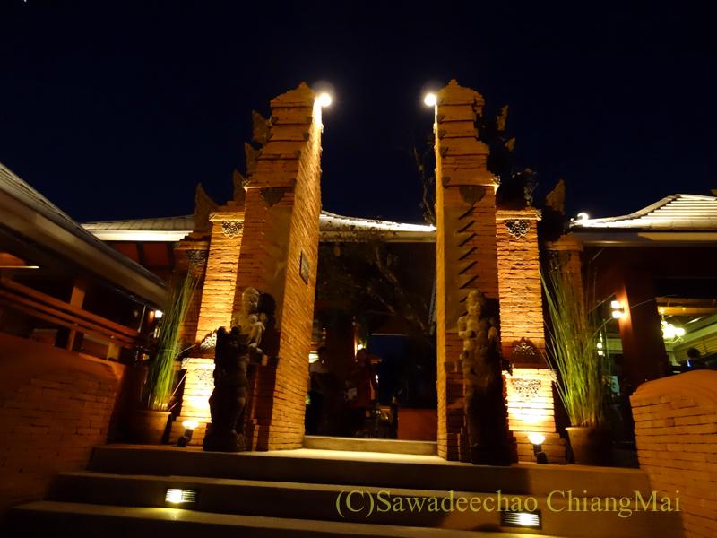 チェンマイ郊外にあるタイ料理レストラン、バーンロムマイの入口