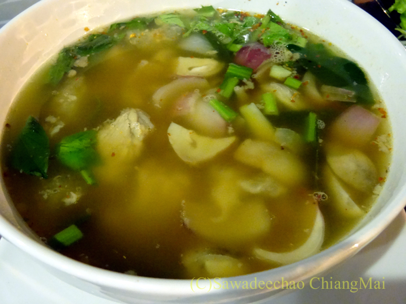 チェンマイ郊外にあるタイ料理レストラン、バーンロムマイのトムセープムートゥム