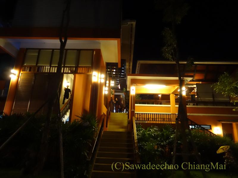 チェンマイ郊外にあるタイ料理レストラン、バーンロムマイの階段