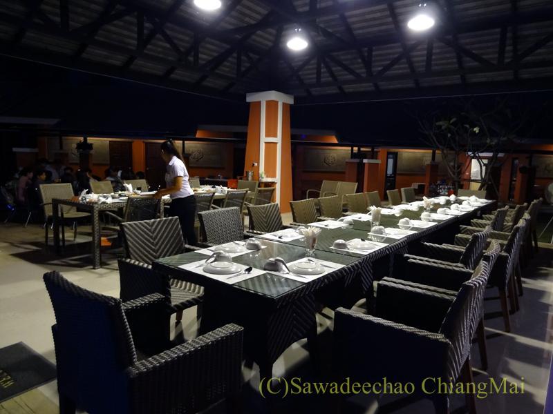 チェンマイ郊外にあるタイ料理レストラン、バーンロムマイの団体席