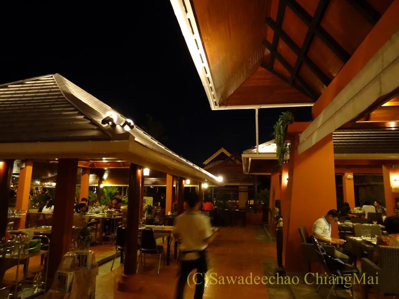 チェンマイ郊外にあるタイ料理レストラン、バーンロムマイの店内概観