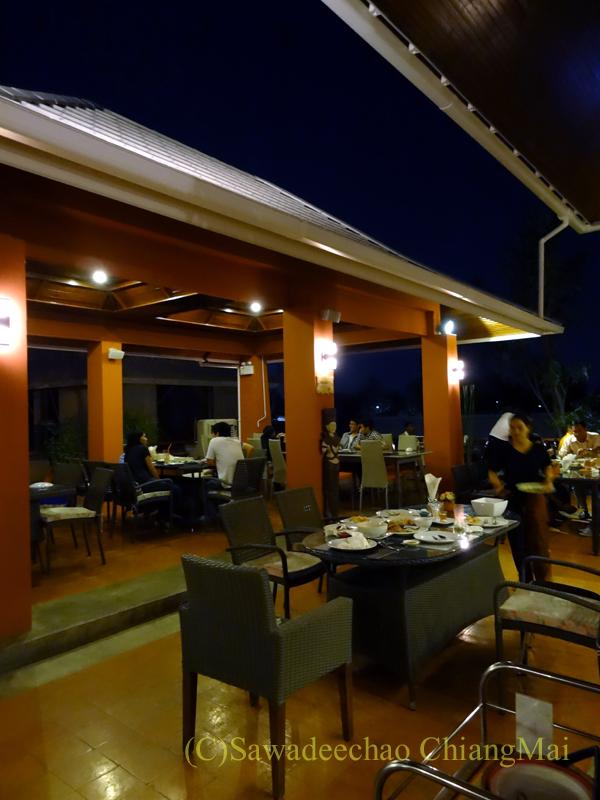 チェンマイ郊外にあるタイ料理レストラン、バーンロムマイの店内