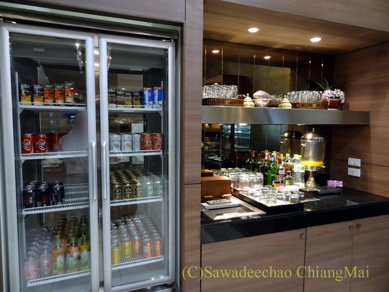 チェンマイ空港のタイ国際航空ロイヤルオーキッドラウンジのドリンクコーナー