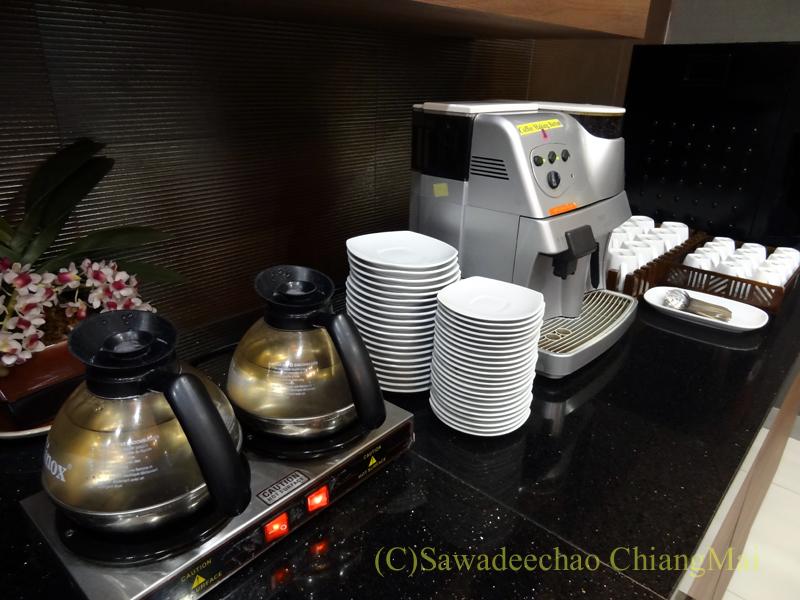 チェンマイ空港のタイ国際航空ロイヤルオーキッドラウンジのコーヒーメーカー