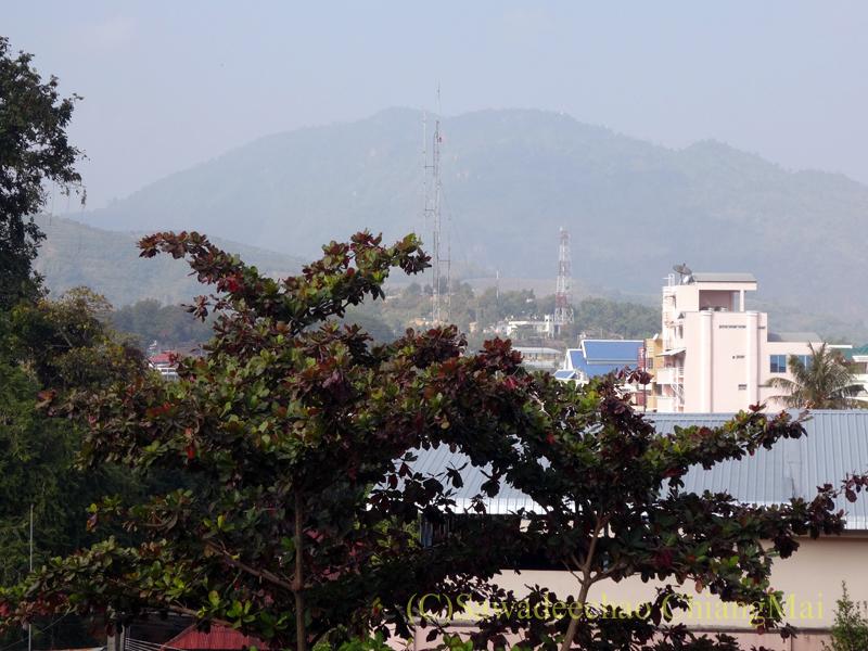 タイのメーサーイにあるピヤポーンバビリオンホテルの客室からの眺め