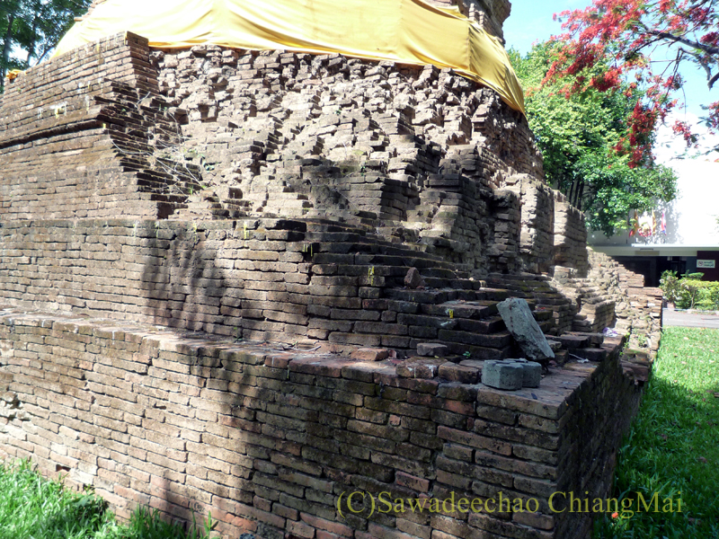 チェンマイ市内にある廃寺ワットパンサオの仏塔の崩れた基壇