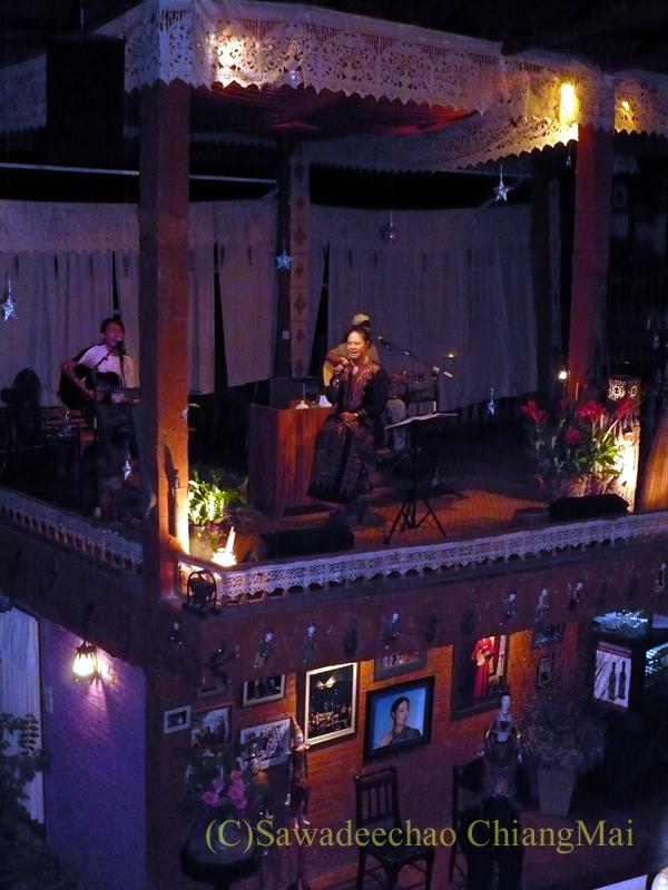 チェンマイのレストラン、フアンスンタリーウェチャーノンでのライブ
