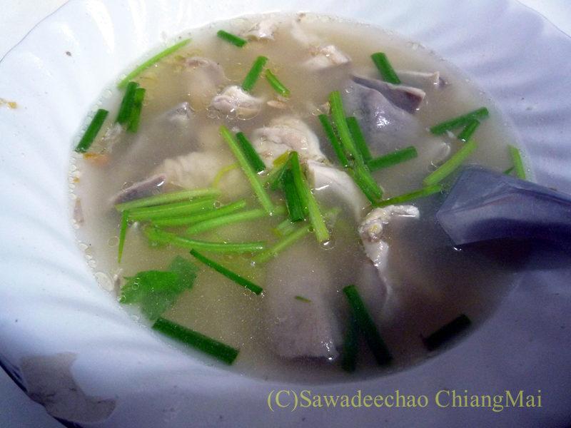 チェンマイのチャンモーイ通りにある店名のないお粥屋のカーオトム
