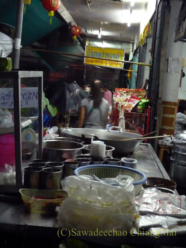 チェンマイのチャンモーイ通りにある店名のないお粥屋の店頭