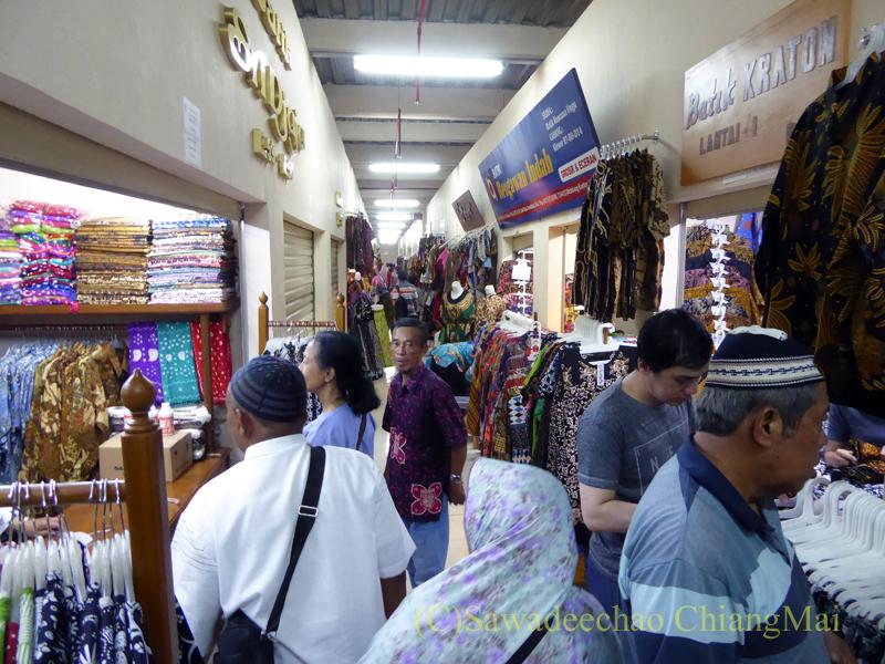 インドネシアのソロ(スラカルタ)のクレウェル市場の雑踏