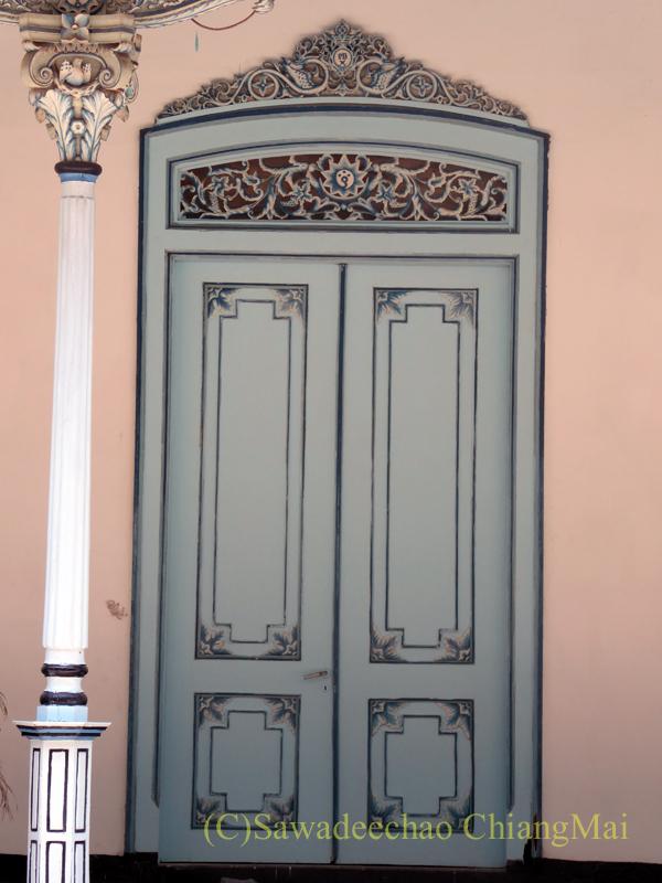 インドネシアのソロ(スラカルタ)のカスナナン王宮のドア