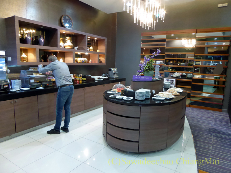 チェンマイ空港のタイ国際航空ロイヤルオーキッドラウンジの飲食物コーナー概観