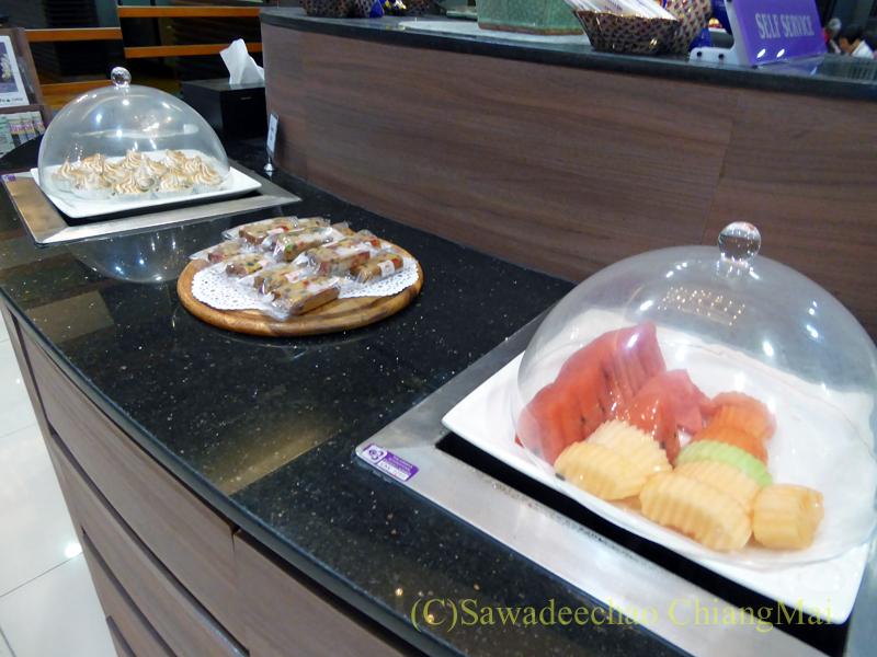 チェンマイ空港のタイ国際航空ロイヤルオーキッドラウンジのフルーツコーナー