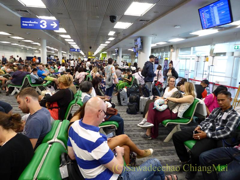 チェンマイ空港の国内線ゲート前の混雑する様子