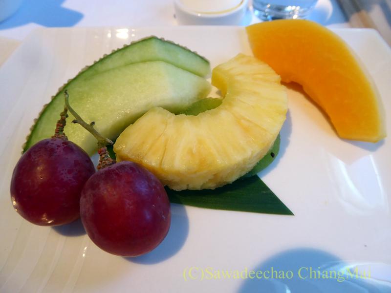 キャセイパシフィック航空CX509便のビジネスクラスで出たフルーツ盛り合わせ