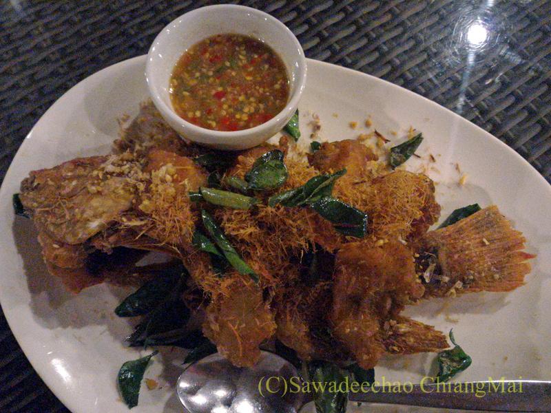 チェンマイ郊外にあるタイ料理レストラン、バーンロムマイのプラートートサムンプライ