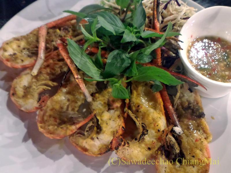 チェンマイ郊外にあるタイ料理レストラン、バーンロムマイのクンパオクラティアム
