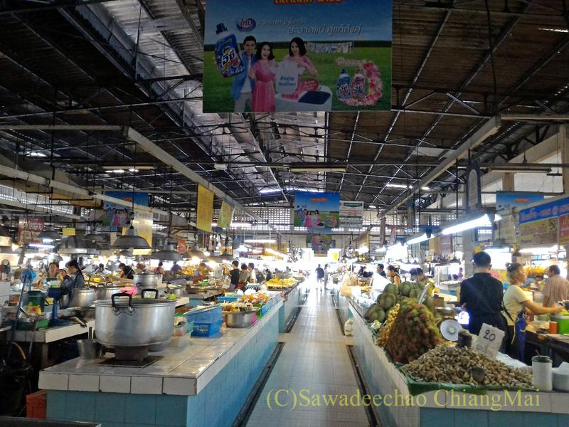 チェンマイ市内北部にあるタニン市場のメインの建物の内部