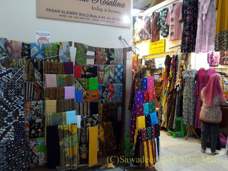 インドネシアのソロ(スラカルタ)のクレウェル市場の布地店