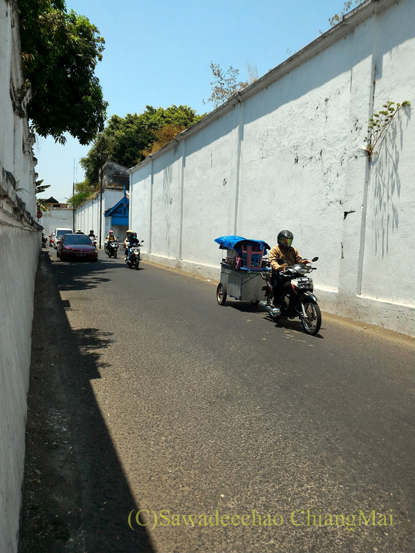 インドネシアのソロ(スラカルタ)のカスナナン王宮の前の道路