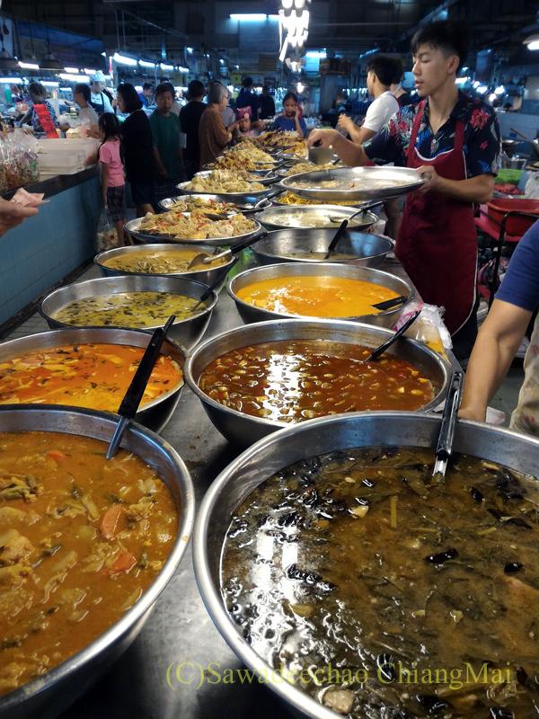 チェンマイ市内北部にあるタニン市場のおかず屋