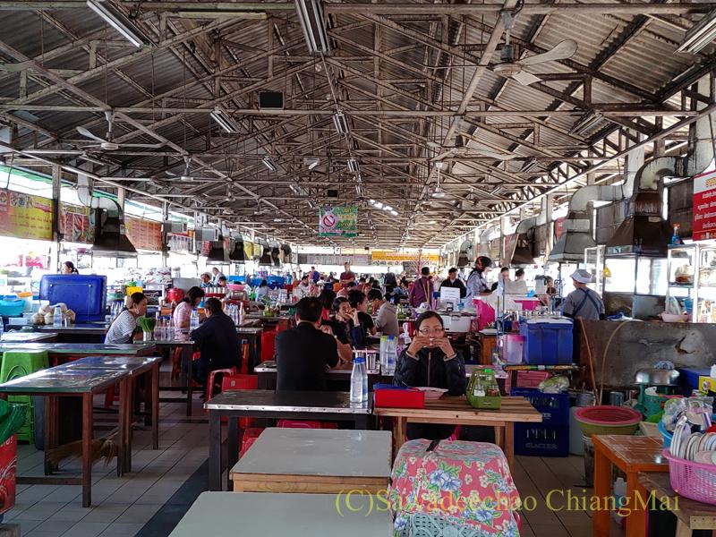 チェンマイ市内北部にあるタニン市場の食堂街の内部