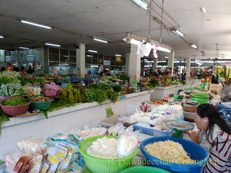 チェンマイ市内北部にあるタニン市場の八百屋
